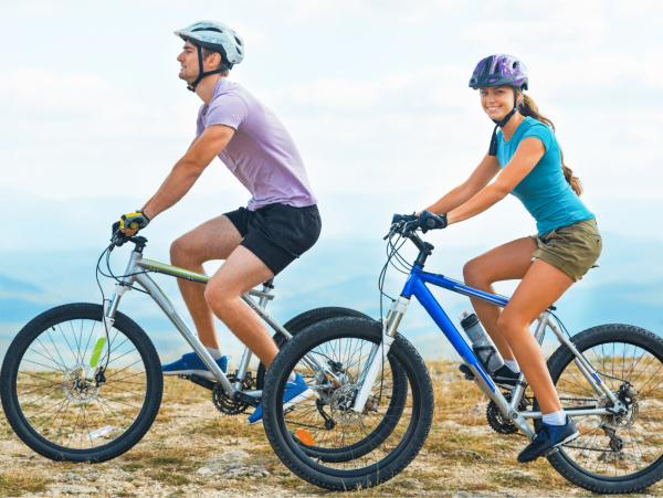 רכיבה על אופניים לזוג בטבע