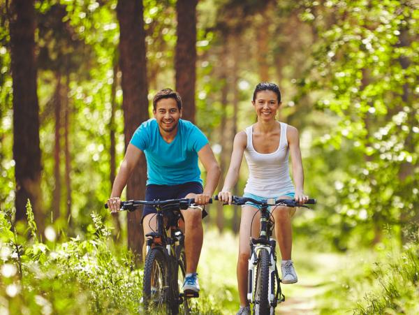 זוג ברכיבה על אופניים בטבע