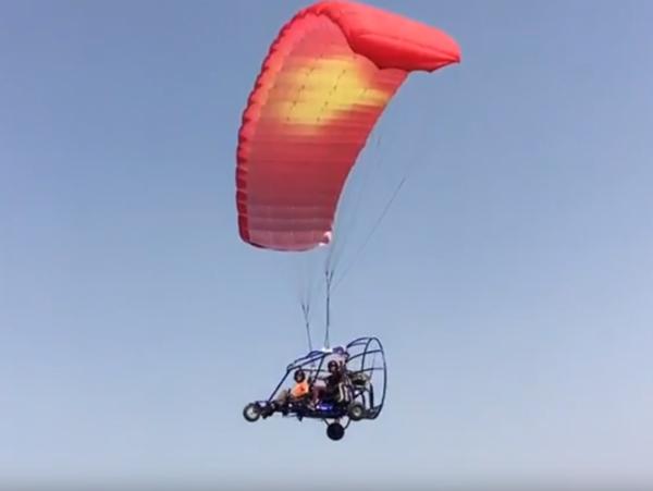 טרקטורון מעופף אדום צהוב