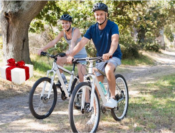 זוג רוכבי אופניים בחפש את המטמון