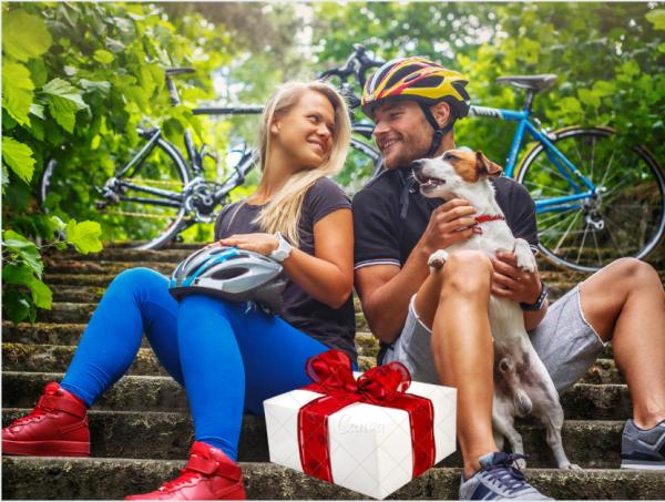 זוג רוכבים וכלב בטיול אופניים